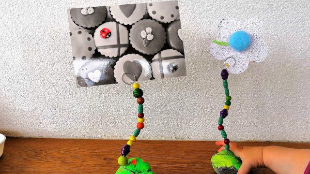 Selbstgemachter Fotohalter mit Stein und Perlen