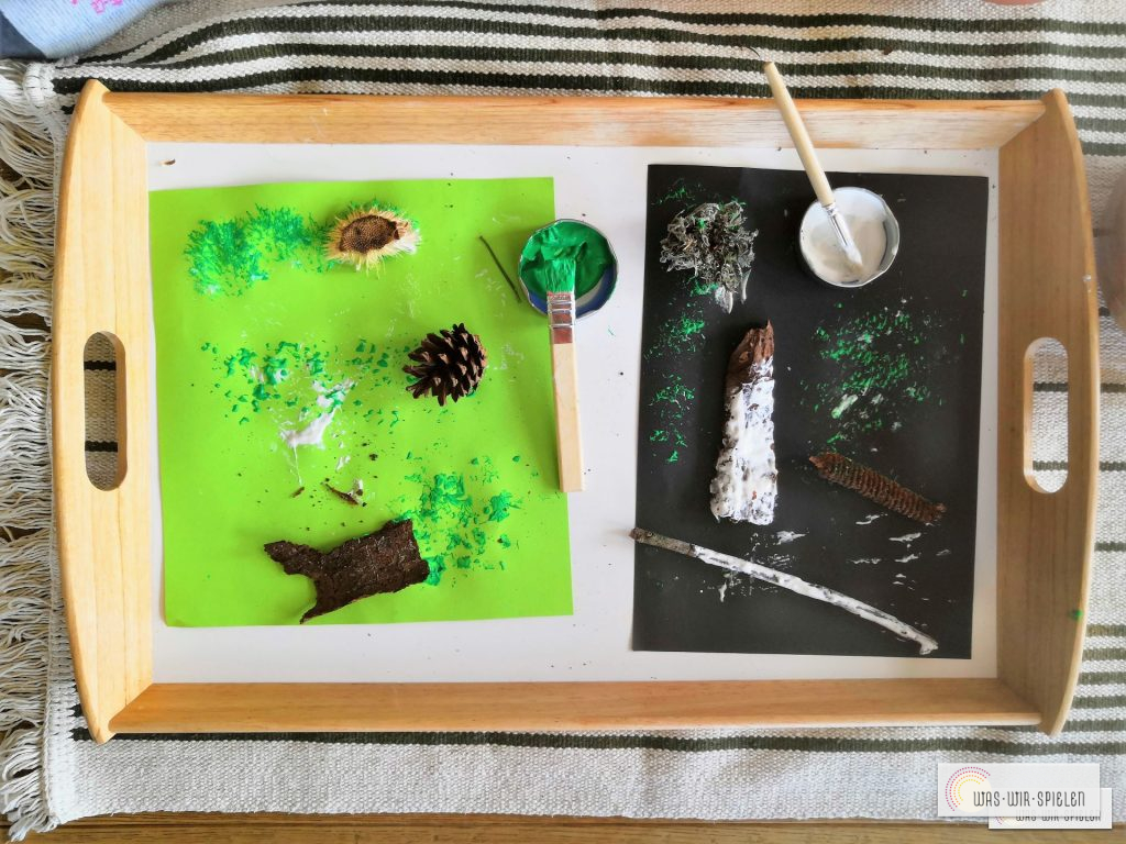 Malen mit Naturmaterial auf Tablett