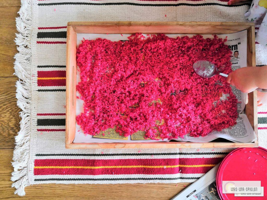 Zu guter Letzt Reis zum Trocknen auf Zeitungspapier auflegen