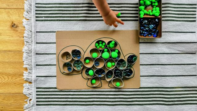 Sensory Play mit upcycling Klorollenbildern