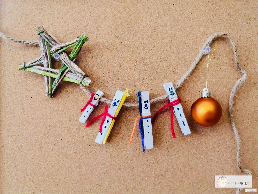 Geschenkanhänger für Weihnachten, Upcycling Bastelidee Schneemänner aus Wäscheklammern