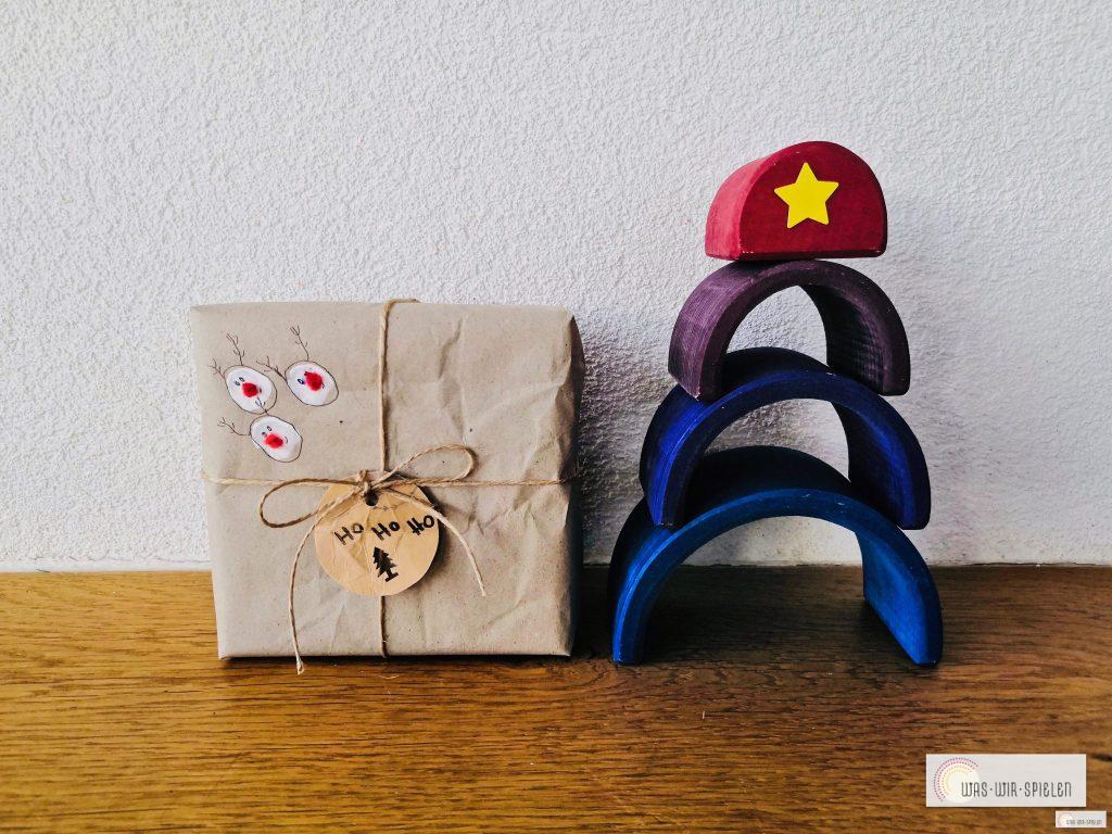 Kinder basteln Geschenkanhänger für Weihnachten aus Müll