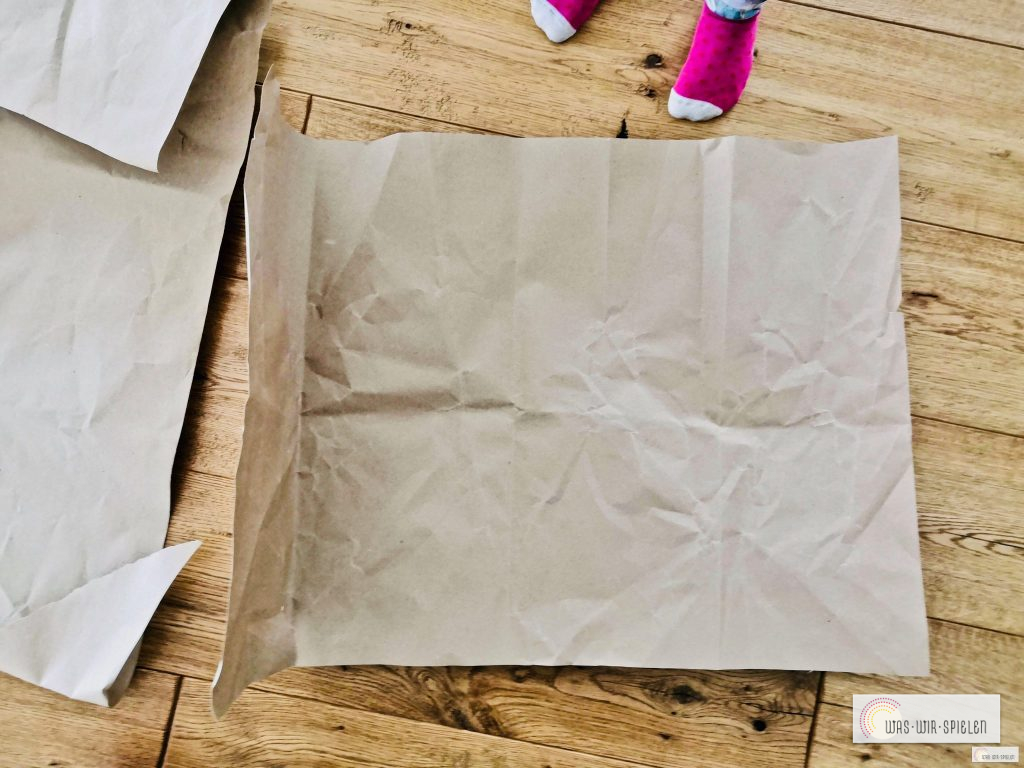 Geschenkpapier kann man ganz einfach aus altem Packpapier basteln