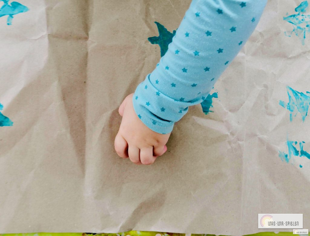 Kinder können ganz einfach beim Gestalten von Geschenkpapier mithelfen