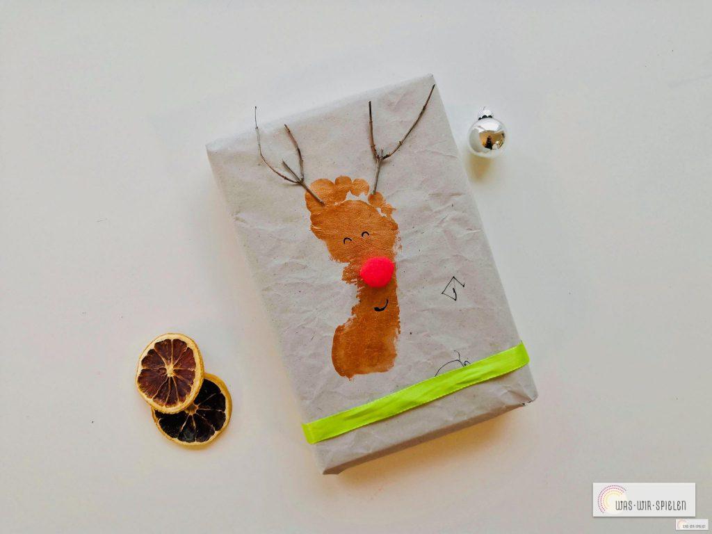 Einfache Geschenkpapier-Idee mit Fußabdruck eines Kleinkinds