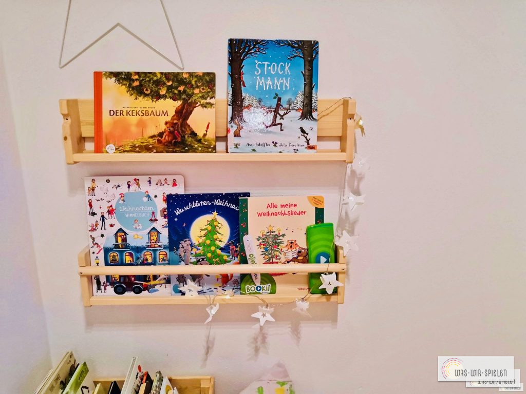 Unser weihnachtliches Bücherregal mit momentanen Lieblingsbüchern