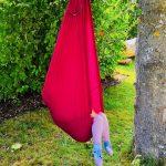 Ein sehr elastisches Tuch, welches sowohl als Schaukel, Hängesessel und Turngerät verwendet werden kann