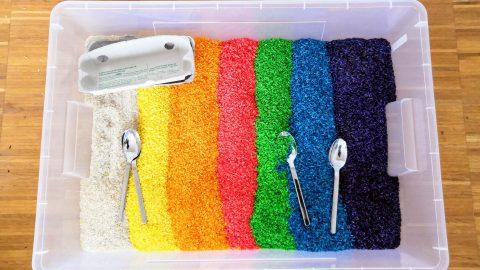 Regenbogenreis – So färbst du Reis für Sensory Play