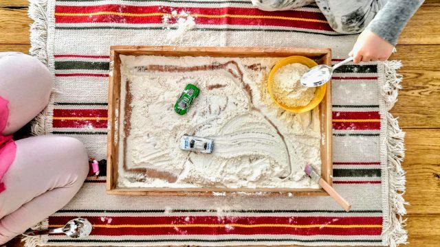 4 schnelle Spielideen mit Spielzeugautos