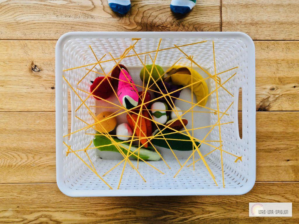 Spinnennetz - Greifübung - eine von vielen einfachen Spielideen für Babys und Kleinkinder