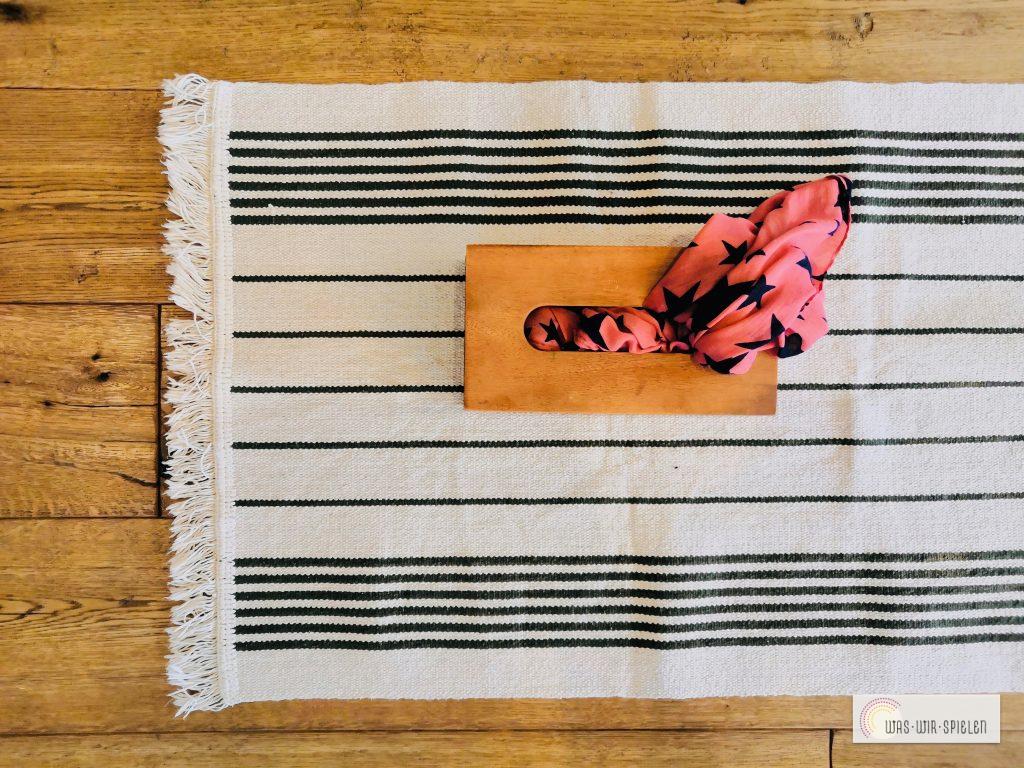 Greifübung mit einer Taschentücherbox - eine von vielen kostenlosen Spielübungen für euer Baby