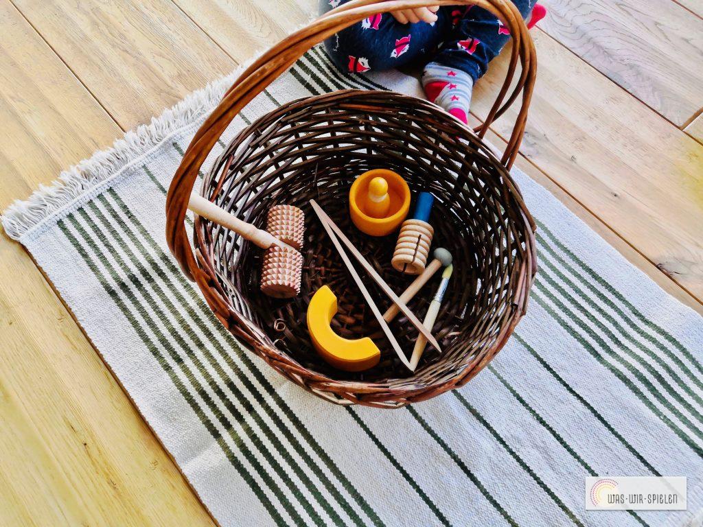 Entdeckerkörbchen mit Gegenständen aus Holz