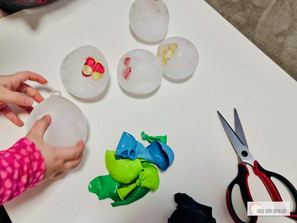 Lustige Eisbälle mit Hilfe von Luftballonen zaubern