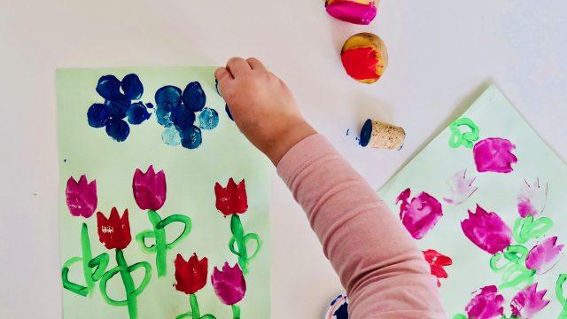 Farbenfrohe Blumenwiese für kleine Künstler