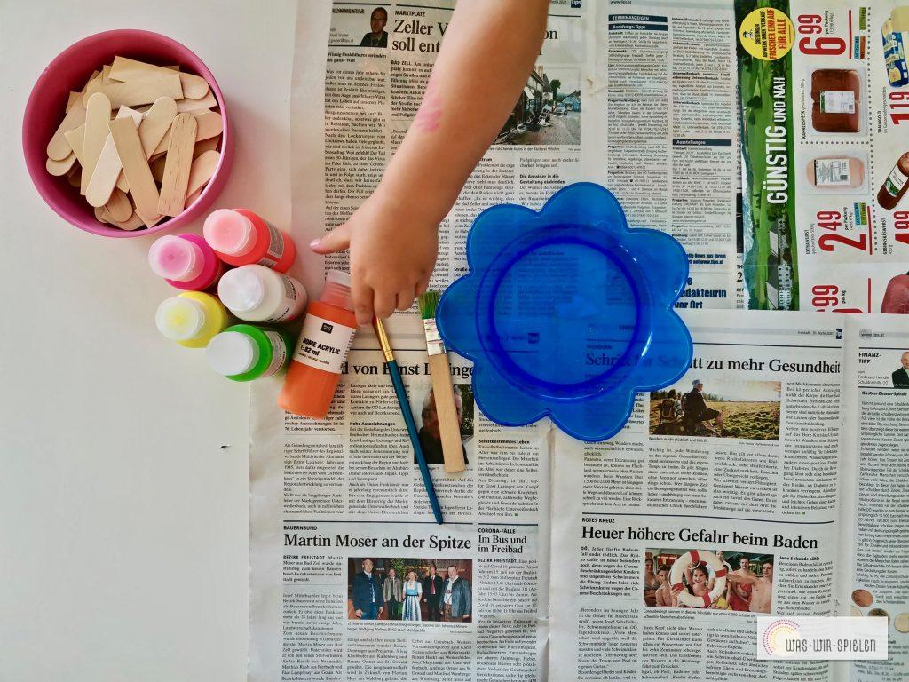 Wir bemalen die Stäbchen mit Acrylfarben