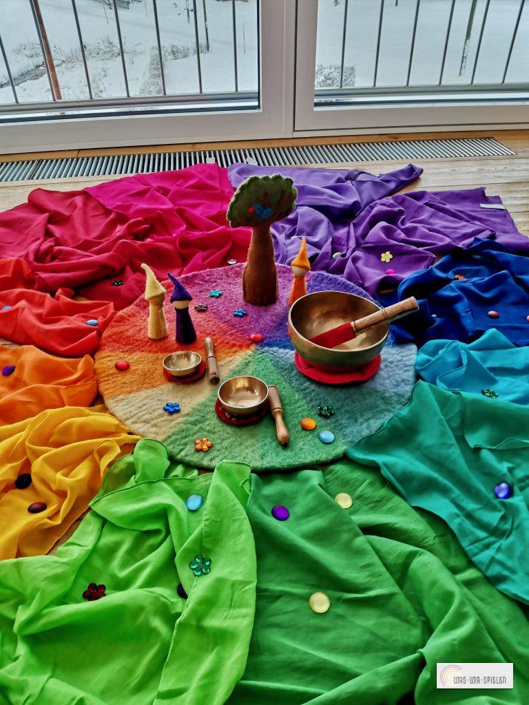 Klangschalen in Kombination mit dem Farbenkreismaterial