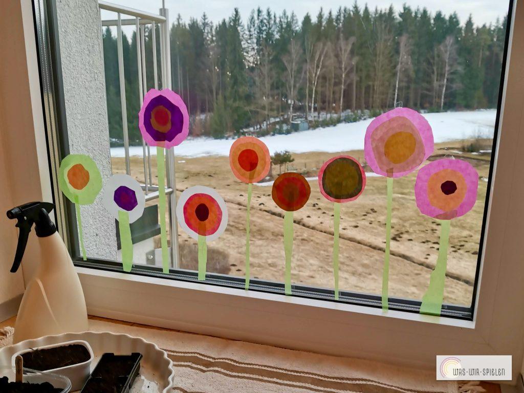 Bunte Blumen am Fenster