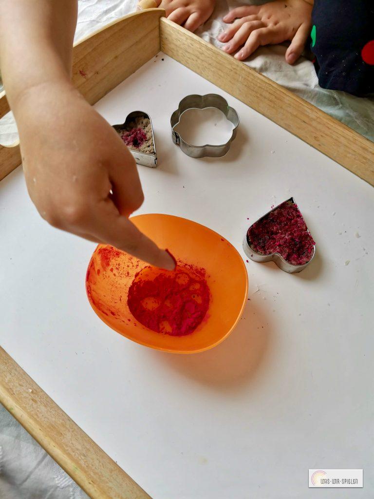 Lebensmittelfarbe in Pulverform auftragen