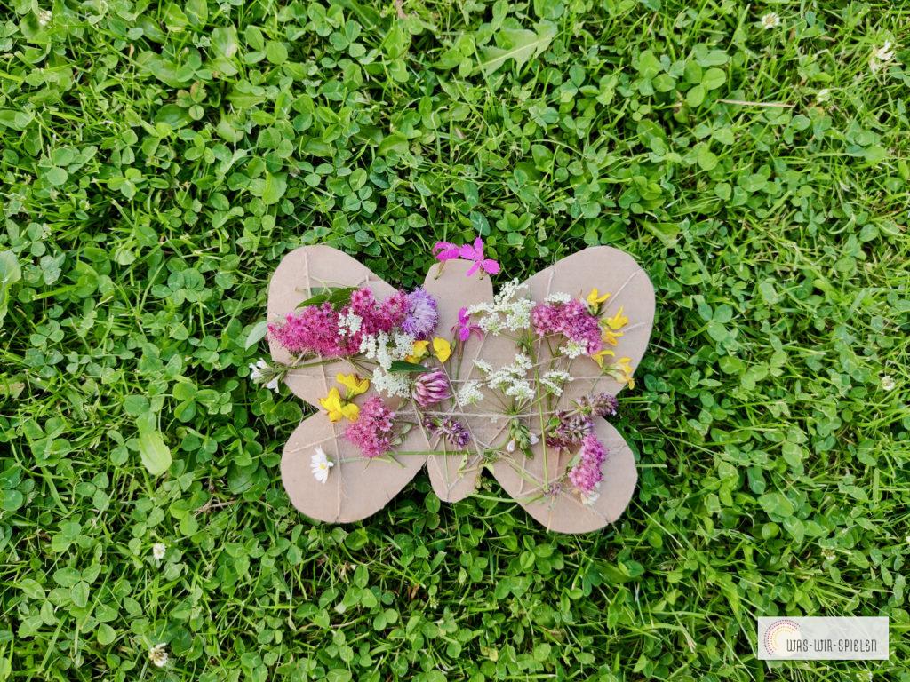 Schmetterling aus Karton mit Blumen verschönern